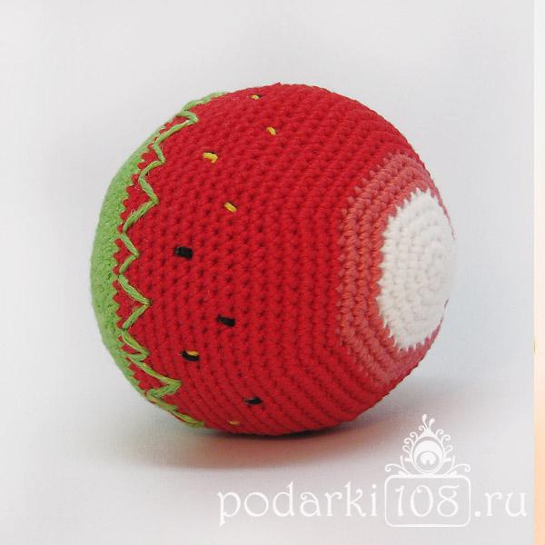 Вязаный мяч-погремушка Клубника
