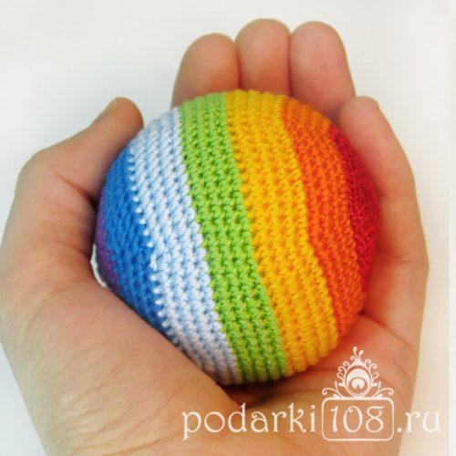 Вязаный мяч-погремушка Радуга