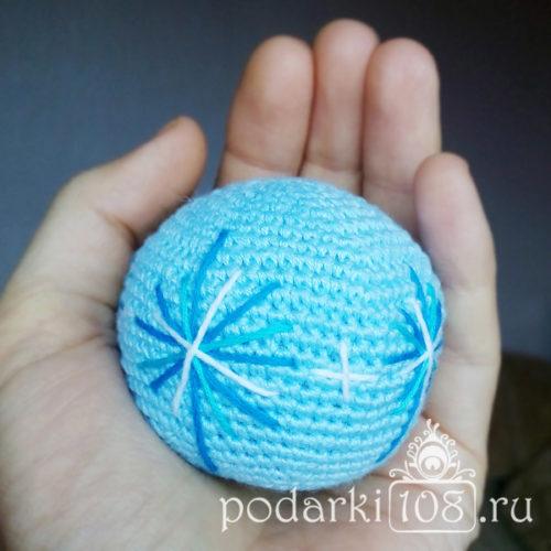 Вязаный мяч-погремушка Зима